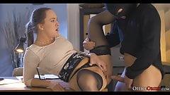 Geile Lady Boss fickt Dieb, der in ihrem Büro pleite ging