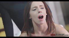 Hot Babe bückt sich für Doggystyle Anal Sex